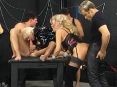 Fotze fisten beim Gruppensex