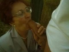 Geile Oma am Strassenrand gepoppt
