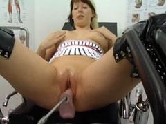 Mutter auf der Fickmaschine