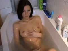 Nackt in der Badewanne überrascht