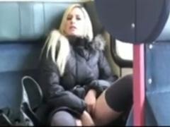 Zeigefreudige Amateurin wichst in der Deutschen Bahn