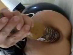 Bierflasche ins Arschloch gesteckt