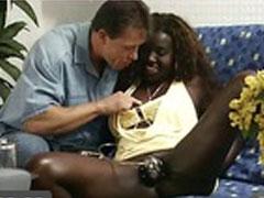 Ihre schwarze Fotze probiert ein neues Sexspielzeug aus
