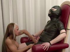 Sexy Cora hält sich einen Sklaven