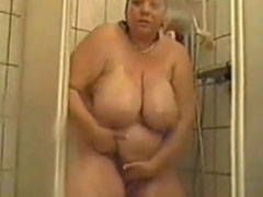 Fette Mutter masturbiert unter der Dusche