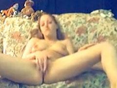 Amateurin masturbiert solo