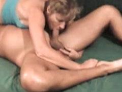Reife Mutter steht auf Oralsex