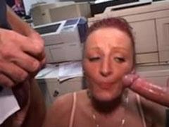 Sekretärin von ihren Kollegen im Büro gefickt