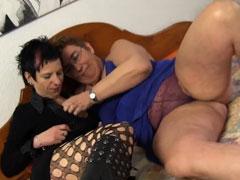 Zwei fette Hausfrauen und ihr Lieblingsdildo