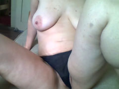 Hausfrau reibt sich die feuchte Fotze