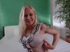 Kleine blonde Schlampe will euch heiss machen
