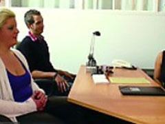 Weibliche Pornoagentin bei der Arbeit beobachtet
