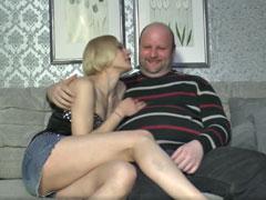 Fetter Mann fickt seine dünne, junge Freundin