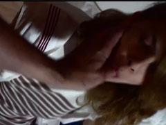 Das Zimmermädchen geil im Hotelbett gefickt
