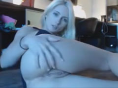 Blondine zeigt euch mal ihr geiles Fickloch