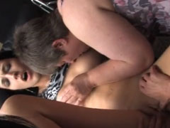 Alte und junge Lesben im Swinger Club