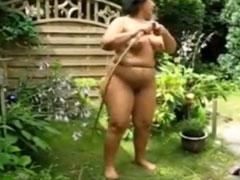 Alte Fotze duscht im Garten und Opa filmt