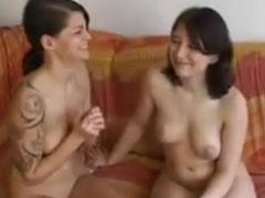 Junge Lesben lecken sich im Amateur Porno