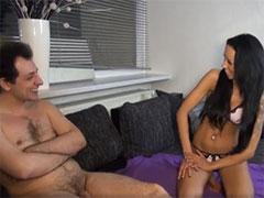 Mann lässt sich von einer Nutte anal ficken
