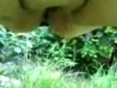 Eine geile fette Fotze pisst im Park