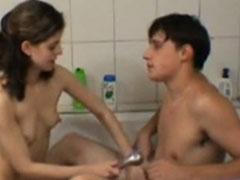 Studenten ficken in der heimischen Badewanne
