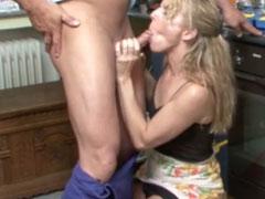 Reife Hausfrau vom Klemptner gefickt