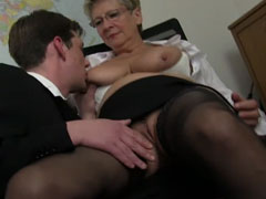 Oma von zwei jungen Kerlen gefickt