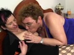 Deutsche lesbische Oma mit Dildo bearbeitet