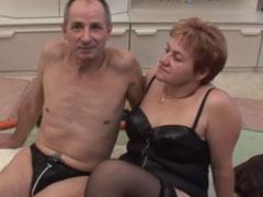 Hausfrau von ihrem Mann mit einer Möhre gefickt
