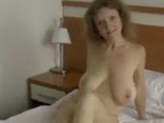 Reife, haarige Muschi und große Titten