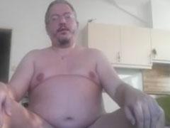 Fetter Mann wichst und filmt sich dabei