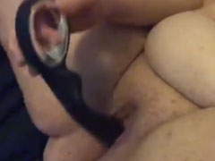 Fette Frau fickt sich selbst
