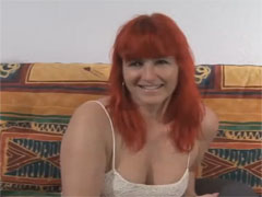 Notgeile Ossi Hausfrau in ihrem ersten Porno