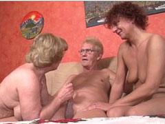 Opa fickt zwei geile deutsche Omas durch