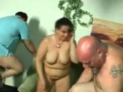 Zwei dicke Männer wollen eine fette Frau ficken