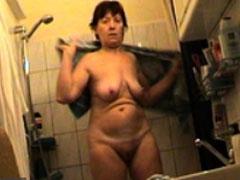 Omi im Badezimmer