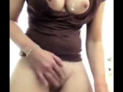 Mädchen masturbiert und pisst dabei