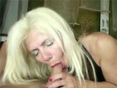 Hausfrau übt sich im Schwanz blasen