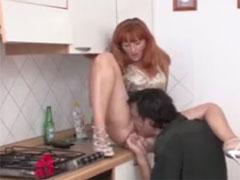 Hausfrau durch die Küche gevögelt