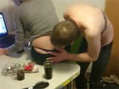 Bisexueller Sklave befummelt sie