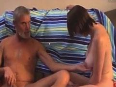 Opa knetet gerne junge Milchtitten