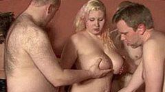 Dralle Blondine im Swinger Club