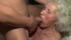 Deutsche Oma lutscht jungen Schwanz