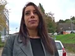 Deutsche Hausfrau fickt sich mit Lolli in die Fotze